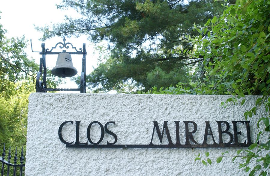 Entrée de la domaine de Clos Mirabel - mur blanc et lettres noires.