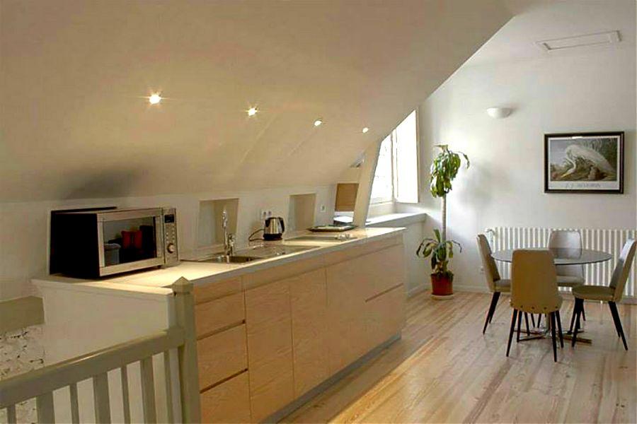 Le loft studio de clos mirabel - le coin repas et la cuisinette.