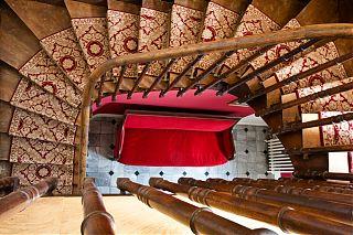 Les escaliers dans le Manoir