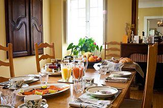 Le petit déjeuner dans la salle à manger
