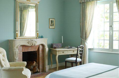 Chambre avec lit, chaise et mirror