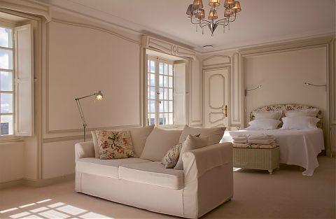 La Chambre des Maîtres est une grande chambre lumineuse et élégante avec un grand dressing et sa propre salle de bain complète avec douche à l'italienne