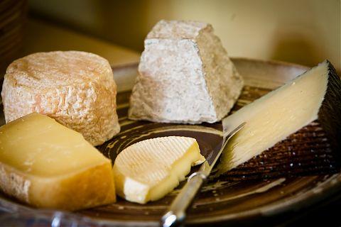 Assiette avec cinq fromage.