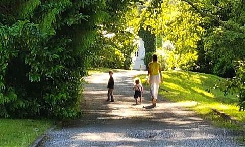 Femme et deux entants marchant dans le jardin a clos mirabel.