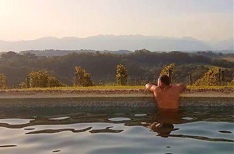 Homme dans une piscine.